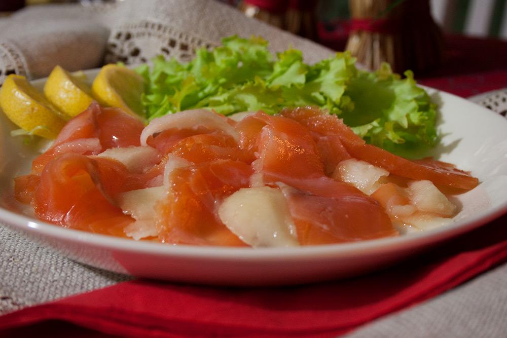 Kylmäsavulohi-päärynäsalaatti